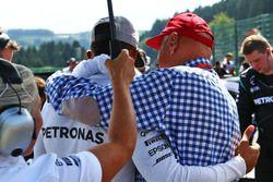 Lewis Hamilton, Mercedes AMG F1 met Niki Lauda, Mercedes Non-Executive Chairman op de grid