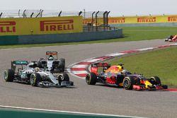 Daniel Ricciardo, Red Bull Racing RB12 en lutte pour une position avec Lewis Hamilton, Mercedes AMG F1 Team W07