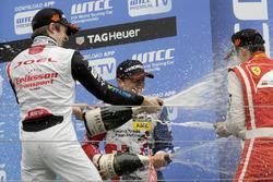 Podio de novato: segundo lugar Joel Eriksson, Motopark Dallara F312 – Volkswagen; Ganador Ben Barn