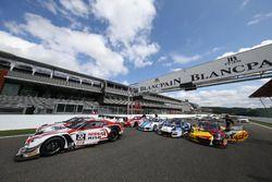Fahrzeuge auf der Start-Ziel-Gerade; #22 Nissan GT Academy Team RJN, Nissan GT-R Nismo GT3: Matthew