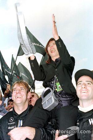 Mika Hakkinen'in eşi Erja, McLaren mekanikerleri tarafından kaldırılıyor
