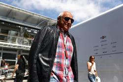 Dietrich Mateschitz, propriétaire de Red Bull, visite le garage Red Bull Racing