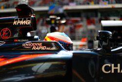 Фернандо Алонсо, McLaren MP4-31 на пит-лейне