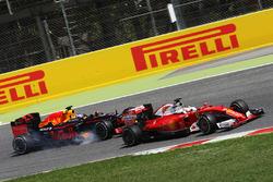 Daniel Ricciardo, Red Bull Racing RB12 and Sebastian Vettel, Ferrari SF16-H battle for position