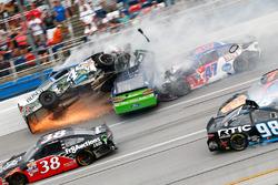 Ricky Stenhouse Jr., Roush Fenway Racing Ford, Kevin Harvick, Stewart-Haas Racing Chevrolet crash