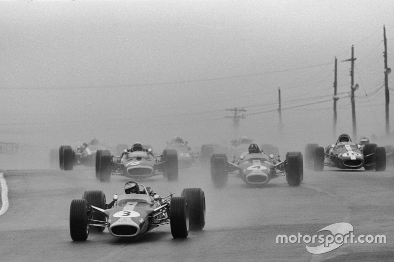 Start: Jim Clark, Lotus leads
