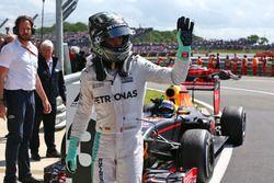 Nico Rosberg, Mercedes AMG F1 con Max Verstappen, Red Bull Racing en parc ferme