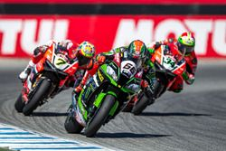 Tom Sykes, Kawasaki Racing Team closely followed by Chaz Davies and Davide Giugliano, Aruba.it Racin