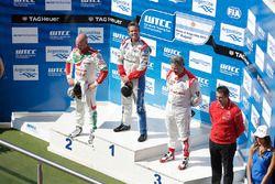 Podio: ganador de la carrera Tom Chilton, Sébastien Loeb Racing, segundo lugar Rob Huff, Honda Racing Team JAS, y tercer lugar Yvan Muller, Citroën World Touring Car Team