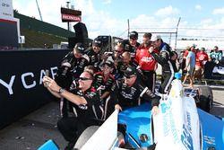 Le vainqueur Simon Pagenaud, Team Penske Chevrolet prend un selfie avec les membres de son équipe
