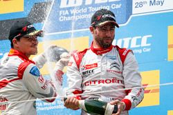 Podio: Norbert Michelisz, Honda Racing Team JAS, Honda Civic WTCC y José María López, Citroën World