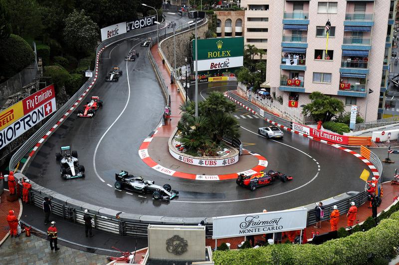 El coche de seguridad conduce Daniel Ricciardo, Red Bull Racing RB12