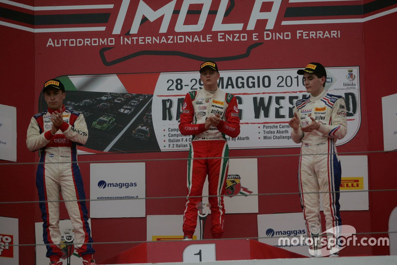 Podio Gara 2: il vincitore Mick Schumacher, Prema Powerteam, il secondo classificato Marcos Siebert, Jenzer Motorsport, il terzo classificato Job Van Uitert, Jenzer Motorsport