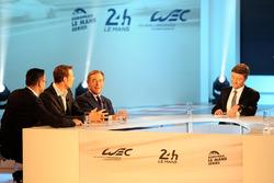 ألكسندر فورتز، ورئيس لجنة سباقات التحمل لدى الاتحاد الدولي للسيارات، ليندسي أوين جونز، والمقدم برونو