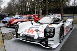 Porsche 919 Hybrid, RGR Sport by Morand LMP2, Ford GT in de straten van Parijs