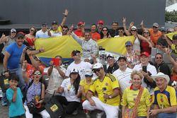 1. Juan Pablo Montoya, Team Penske Chevrolet, mit Fans