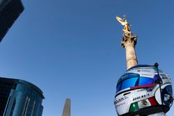 Casco de Salvador Durán, Team Aguri en el Ángel de la Independencia en la Ciudad de México