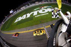 Kyle Busch, Joe Gibbs Racing Toyota passe sous le drapeau à damiers