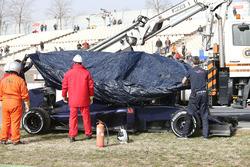 De Scuderia Toro Rosso STR11 van Max Verstappen wordt terug naar de pits gebracht na mechanische pec