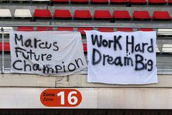 لافتات تشجيع لماركوس إريكسون، فريق ساوبر