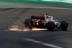 Marcus Ericsson, Sauber C37 Ferrari, saca chispas