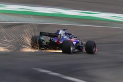 Las chispas vuelan desde el coche de Brendon Hartley, Toro Rosso STR13 Honda
