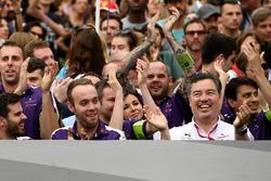 L'équipe DS Virgin fête sa victoire près du podium