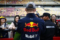 Max Verstappen, Red Bull Racing, signe des autographes pour les fans
