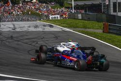 Pierre Gasly, Scuderia Toro Rosso STR13 and Sergey Sirotkin, Williams FW41 battle