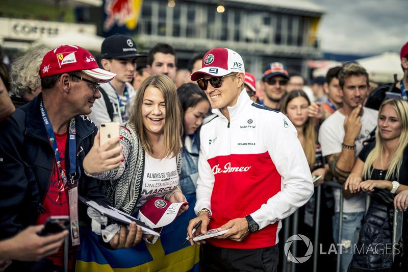 Marcus Ericsson, Sauber fait un selfie avec des fans