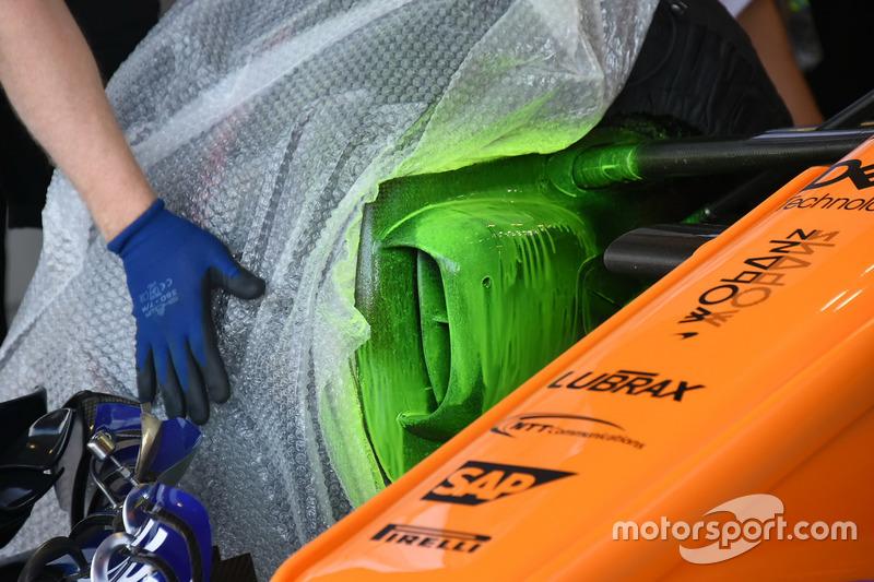 Parafina en el conducto de freno delantero del McLaren MCL33