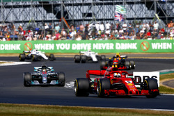 Sebastian Vettel, Ferrari SF71H, voor Lewis Hamilton, Mercedes AMG F1 W09