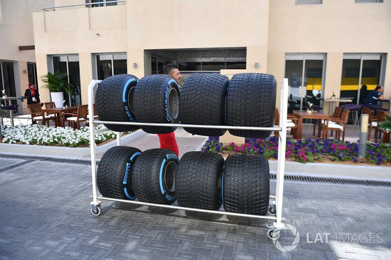 Ferrari mekanikeri ve Pirelli lastiklari