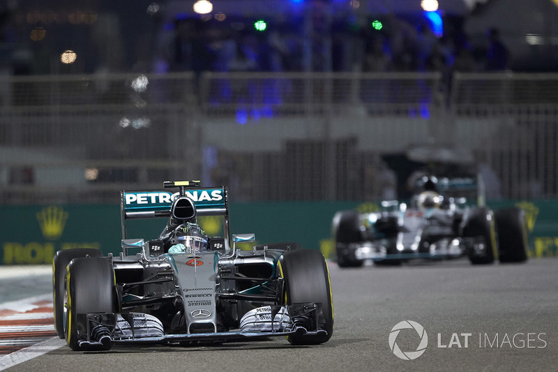 Nico Rosberg, Mercedes F1 W06, delante de Lewis Hamilton, Mercedes F1 W06