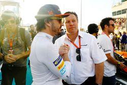 Гонщик McLaren Фернандо Алонсо и исполнительный директор McLaren Technology Group Зак Браун