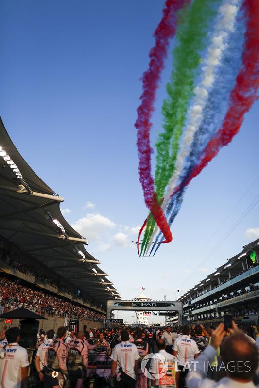Aviones pasan sobre el circuito durante el himno