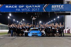 Foto de celebración del equipo Polestar Cyan Racing