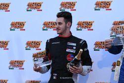 Gianmarco Quaresmini sul podio con il trofeo