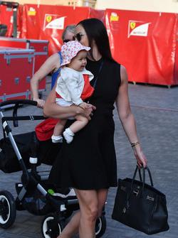 Minttu Virtanen, femme de Kimi Raikkonen, Ferrari, avec leur fille Rianna Raikkonen