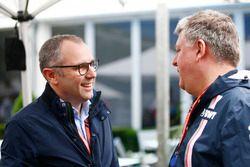 Stefano Domenicali y Otmar Szafnauer, director de operaciones de Force India, en el paddock