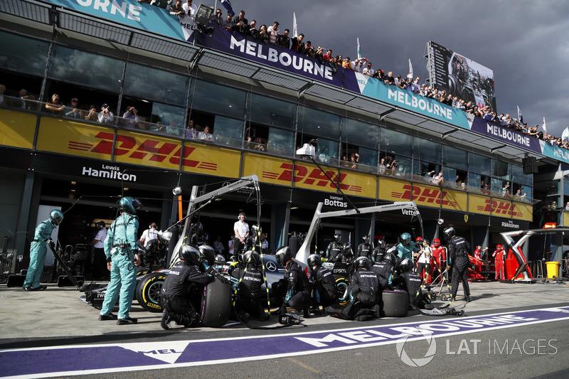 Lewis Hamilton, Mercedes AMG F1 W09, pit stop