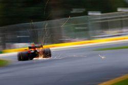 Max Verstappen, Red Bull Racing RB14 Tag Heuer, solleva scintille