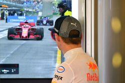 Max Verstappen, Red Bull Racing mira en el garaje TV