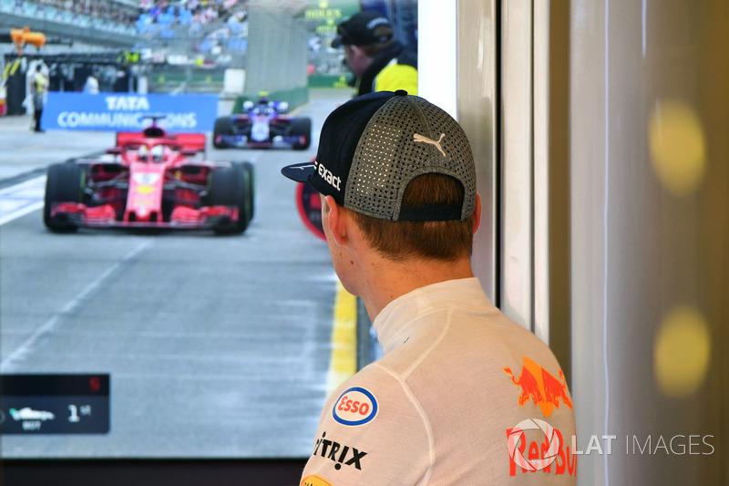 Max Verstappen, Red Bull Racing, mira la televisión