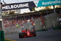 Sebastian Vettel, Ferrari SF71H, toma la bandera a cuadros para la victoria cuando se suelta una pie