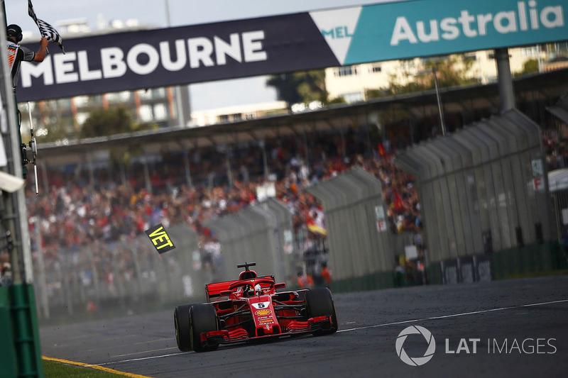 Sebastian Vettel, Ferrari SF71H, prende la bandiera a scacchi e conquista la vittoria, mentre cade un pezzo di una tabella Ferrari