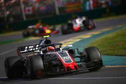 Kevin Magnussen, Haas F1 Team VF-18 Ferrari, voor Romain Grosjean, Haas F1 Team VF-18 Ferrari, en Da