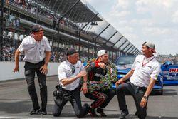 Winner Will Power, Team Penske Chevrolet kisses the bricks with team members Jonathan Gibson, Bud Denker and Tim Cindric