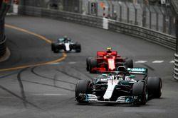 Lewis Hamilton, Mercedes AMG F1 W09, Kimi Raikkonen, Ferrari SF71H, y Valtteri Bottas, Mercedes AMG F1 W09