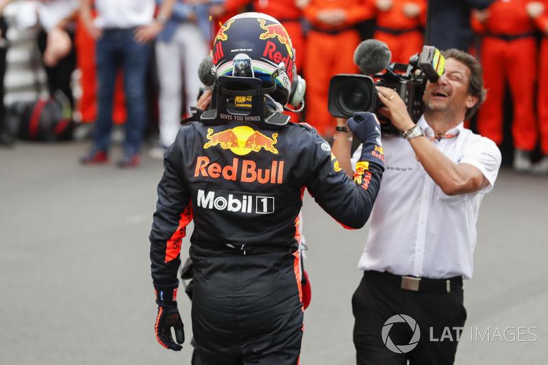 El ganador de la carrera Daniel Ricciardo, Red Bull Racing, celebra en el Parque Ferme